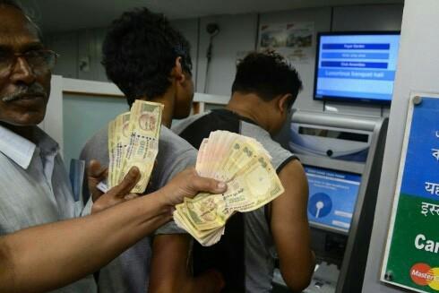 """""""Dở khóc dở cười"""" vì đổi tiền ở Ấn Độ"""