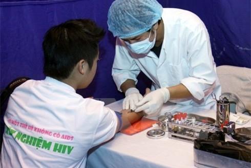 Thay đổi đường lây, dịch HIV diễn biến khó lường hơn ảnh 1