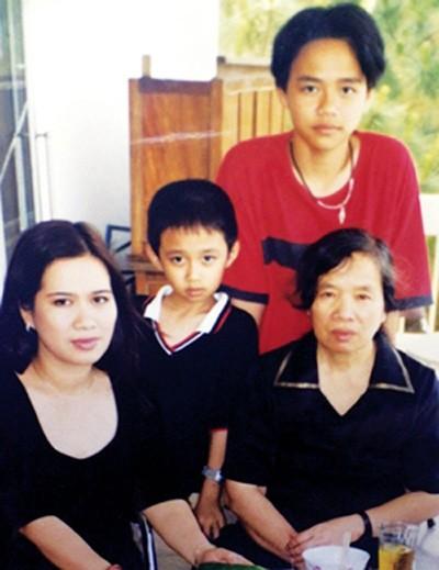 Nhà văn Nguyễn Thị Thu Huệ (bên trái) cùng nhà văn Nguyễn Thị Ngọc Tú và hai con trai