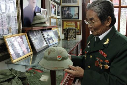Cựu chiến binh Nguyễn Mạnh Hiệp nâng niu các kỷ vật