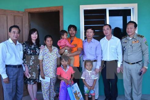 Đoàn thăm hỏi và tặng quà gia đình cháu bé bị xâm hại