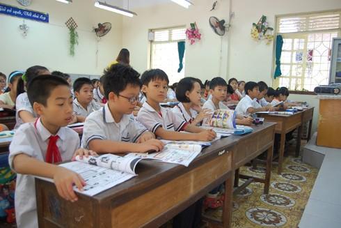 Học tiếng Anh trong trường không đủ để giao tiếp ảnh 1