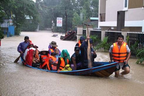 Lực lượng cứu hộ đưa dân từ vùng lũ lên khu vực an toàn ở xã Phước Lộc, huyện Tuy Phước, tỉnh Bình Định