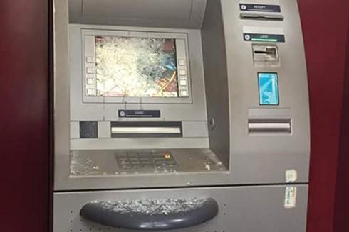 Máy ATM bị đối tượng Huy đập vỡ màn hình