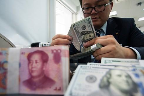 Người dân Trung Quốc đang đua nhau mở tài khoản gửi tiết kiệm bằng đồng USD khi niềm tin vào giá trị đồng NDT suy giảm