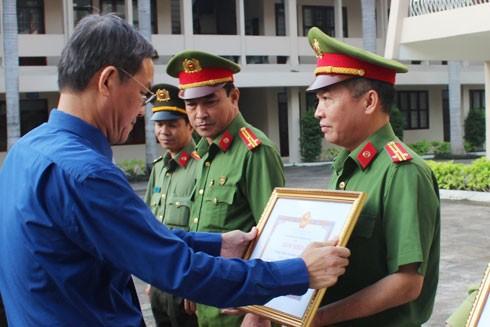 Chủ tịch UBND tỉnh Đồng Nai trao thưởng cho các cá nhân có thành tích xuất sắc