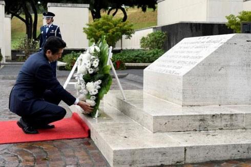 Thủ tướng Nhật Bản Shinzo Abe tại đài tưởng niệm ở Hawaii hôm 26-12, một ngày trước khi ông đến thăm Trân Châu Cảng