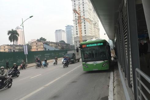 Suôn sẻ 2 ngày đầu vận hành xe buýt nhanh ảnh 1