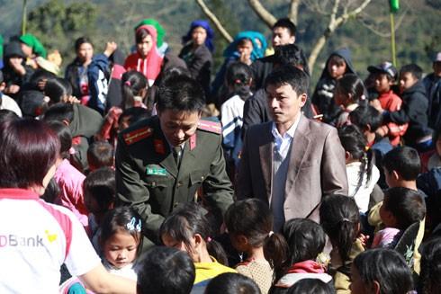 Đoàn trao quà tại trường Tiểu học Y Tý 2, huyện Bát Xát, tỉnh Lào Cai