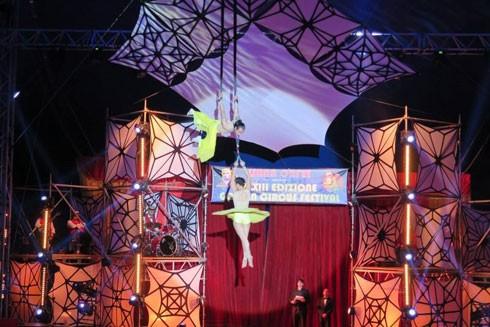 """Tiết mục """"Tạo hình trên dây da"""" do Văn Thái-Thu Hường thực hiện đã đoạt HCB Liên hoan xiếc quốc tế Golden Circus lần thứ 33"""