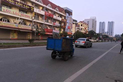 Dù bị cấm, xe ba bánh vẫn được dùng thu gom rác ảnh 1