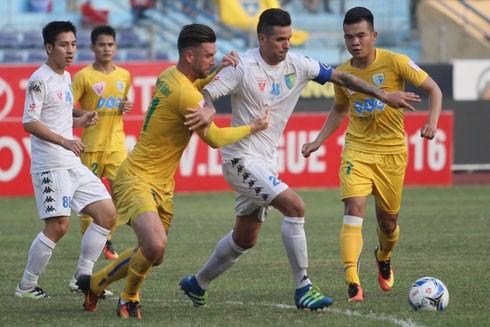 V-League trở lại với diễn biến khó lường dưới sân lẫn trên khán đài. Ảnh: BẢO LÂM