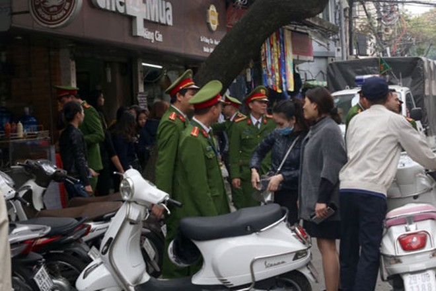 Chiều 27-2, lực lượng CAQ Hoàn Kiếm ra quân lập lại trật tự đô thị