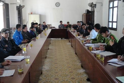 Lực lượng công an cùng chính quyền xã Vĩnh Quỳnh và người dân cảm hóa người nghiện ma túy đi chữa bệnh