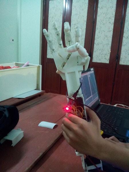 Hành trình đầy cảm xúc của một học sinh chế tạo ra cánh tay robot ảnh 2