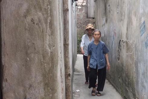 Đi sâu vào từng con ngõ, du khách sẽ bắt gặp những người làng quê chân chất, bình dị