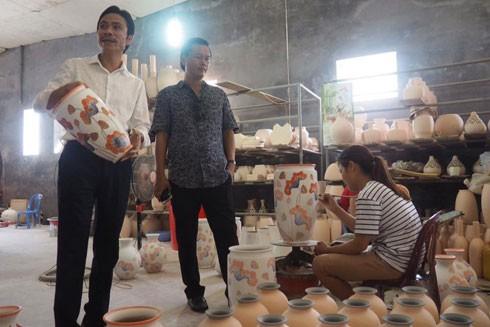 Ông Trần Đức Hải - Phó Giám đốc Sở Du lịch Hà Nội tới thăm xưởng gốm của nghệ nhân Trần Đức Tân