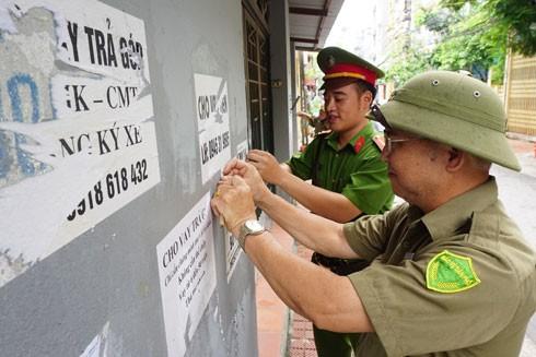 Nhiều nơi trên địa bàn Hà Nội, Công an phối hợp với các ban, ngành, đoàn thể và người dân bóc xóa các tờ rơi dán trên tường tại các điểm công cộng in nội dung quảng cáo cho vay tài chính