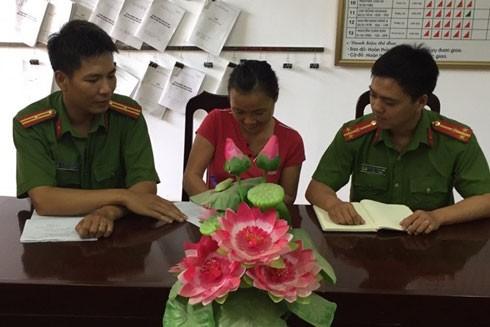 Ở vị trí chỉ huy, Thiếu tá Lê Thanh Hùng (bên trái) vẫn nhiệt tình với công tác Cảnh sát khu vực, giúp đỡ khi người dân cần đến