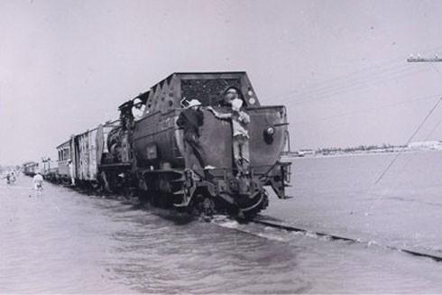 Đoàn tàu chở đầy đá hộc để nằm yên trấn giữ mặt cầu Long Biên