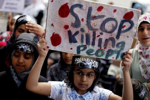 Trẻ em Syria dâng biểu ngữ chấm dứt giết hại người dân vô tội trong các cuộc chiến tại quốc gia này