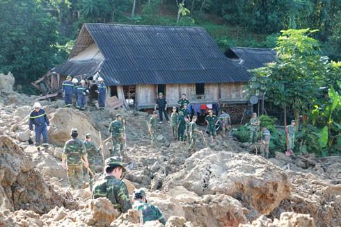 Các lực lượng tham gia cứu hộ tại vụ sạt lở đất xóm Khanh, xã Phú Cường, huyện Tân Lạc (Hòa Bình)