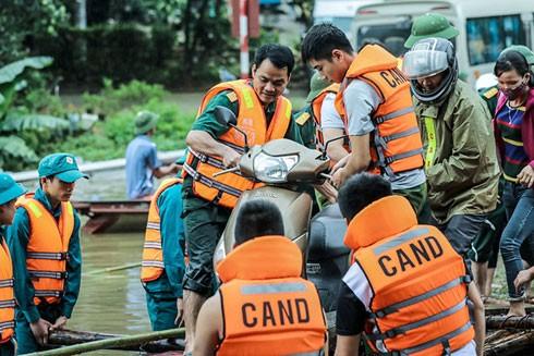 Lực lượng cứu hộ đưa người dân di chuyển ở vùng ngập tại huyện Mai Châu (Hòa Bình)