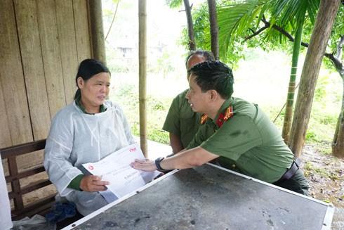 Trung tá Nguyễn Thanh Bình, Tổng Biên tập Báo ANTĐ thay mặt Quỹ Thiện tâm thăm hỏi, động viên, tặng quà chị Bùi Thị Thảo, gia đình có mẹ và em trai bị thiệt mạng