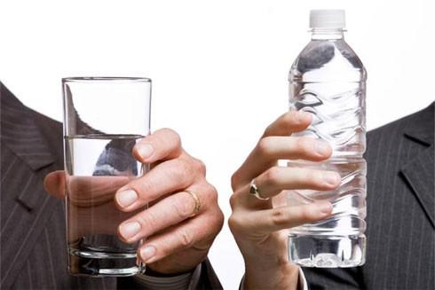 Hơn 60% vi khuẩn trong chai nước có thể gây ra bệnh truyền nhiễm bởi các vi khuẩn như E.coli và Streptococcus
