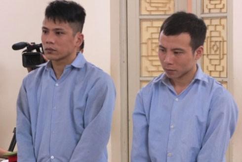 Đặng Xuân Quý (bên phải) cùng đồng phạm tại phiên tòa