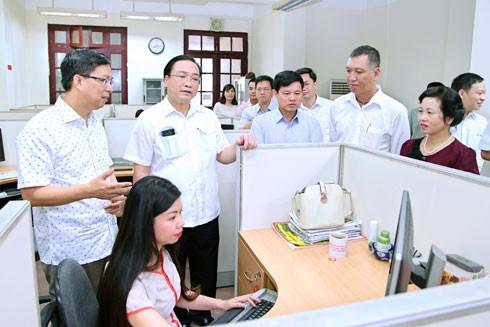 Ủy viên Bộ Chính trị, Bí thư Thành ủy Hà Nội Hoàng Trung Hải thăm quy trình làm Báo Hà Nội mới