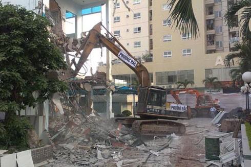 Phá dỡ một công trình vi phạm trật tự xây dựng trên phố Minh Khai, quận Hai Bà Trưng, Hà Nội