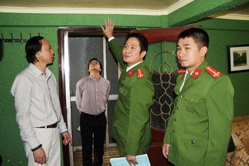 Lực lượng liên ngành kiểm tra và phát hiện hệ thống cửa một cơ sở kinh doanh karaoke chưa đảm bảo an toàn về PCCC