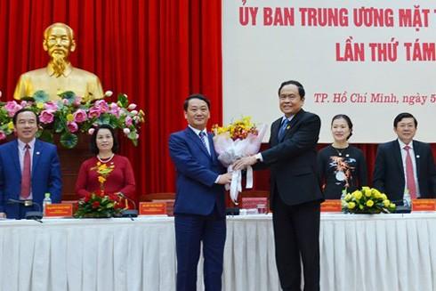 Ông Trần Thanh Mẫn, Ủy viên Trung ương Đảng, Chủ tịch Ủy ban Trung ương MTTQ Việt Nam (phải) tặng hoa chúc mừng ông Hầu A Lềnh