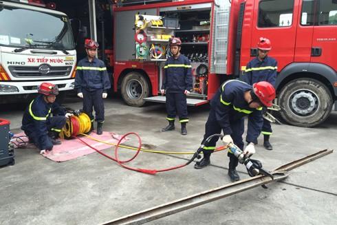 Cán bộ chiến sĩ Phòng Cảnh sát PCCC số 12, Cảnh sát PCCC Hà Nội luyện tập sử dụng các thiết bị cứu nạn cứu hộ