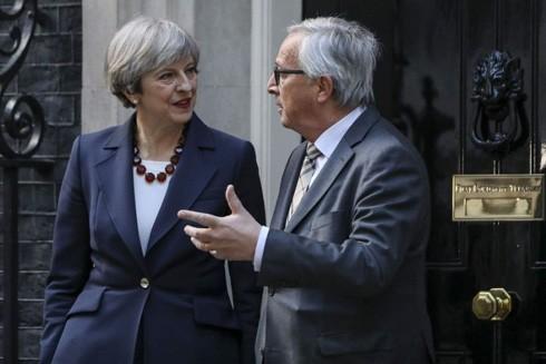Nữ Thủ tướng Anh Theresa May trao đổi với Chủ tịch Ủy ban châu Âu Jean-Claude Junker về giai đoạn chuyển tiếp hậu Brexit