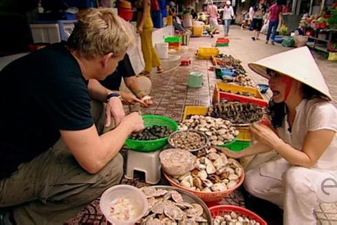Đi chợ và thưởng thức ẩm thực Việt Nam là những trải nghiệm mà bất cứ du khách quốc tế nào cũng không muốn bỏ qua