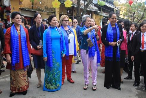 Phu nhân các nhà lãnh đạo APEC dạo bước tham quan phố cổ Hội An trong Tuần lễ Cấp cao APEC Việt Nam 2017