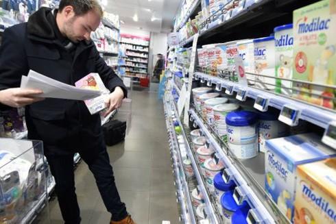 Nhiều siêu thị tại Pháp thừa nhận đã bán sữa đáng lẽ bị thu hồi