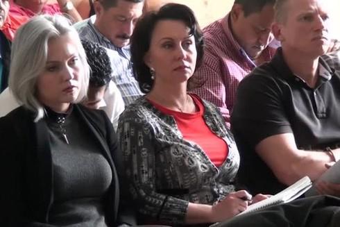 Igor Bitkov (phải) cùng vợ Irina (giữa) và con gái Anastasia (trái)