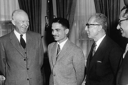 Vua Hussein gặp Tổng thống Mỹ Eisenhower (trái) trong chuyến thăm Mỹ 1959