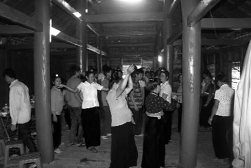 Dân bản cùng nhau múa xòe