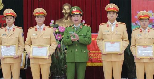 Thiếu tướng Đinh Văn Toản trao khen thưởng cho CBCS Phòng CSGT đường bộ, đường sắt CATP Hà Nội