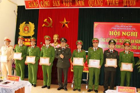 Thiếu tướng Đào Thanh Hải trao khen thưởng cho CBCS Công an huyện Quốc Oai