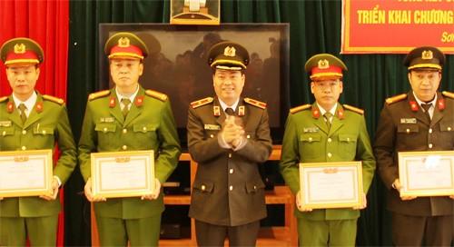 Thiếu tướng Đoàn Ngọc Hùng trao khen thưởng cho CBCS Công an thị xã Sơn Tây
