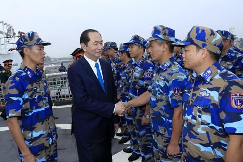 Chủ tịch nước Trần Đại Quang với cán bộ chiến sỹ làm nhiệm vụ trên tàu Cảnh sát biển 8020