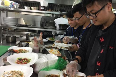 """Nhóm Hanoi Food Rescue nhận thức ăn dư thừa tại khách sạn sang trọng """"De L'Opera Hà Nội"""""""