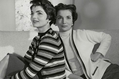 Hai chị em xinh đẹp nổi tiếng Jackie Kennedy (trái) và Lee Radziwill (phải) thời trẻ
