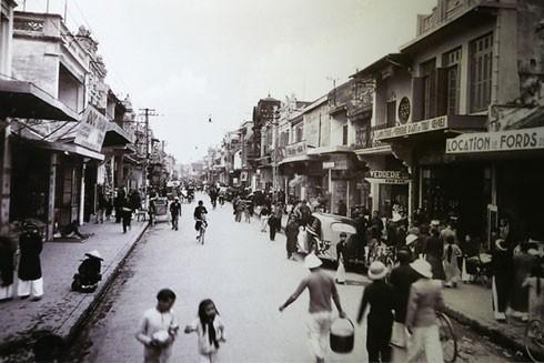 Phố Hàng Bồ xưa tập trung nhiều cửa hàng của người Việt, người Hoa và cả các hãng của Anh, Mỹ và Nhật Bản