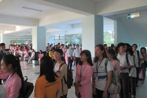 """Hàng trăm """"chiến binh"""" khởi nghiệp xếp hàng dài tại Hội trường ĐH Tôn Đức Thắng để tham gia buổi tọa đàm"""